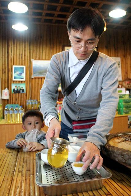 跟著 Mikey 一家去旅行 - 【 竹山 】軟鞍八卦茶園