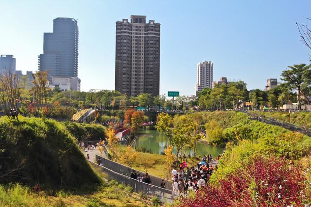 跟著 Mikey 一家去旅行 - 【 台中 】秋紅谷公園
