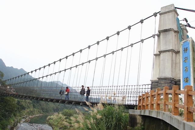 跟著 Mikey 一家去旅行 - 【 平溪 】十分車站 & 十分瀑布