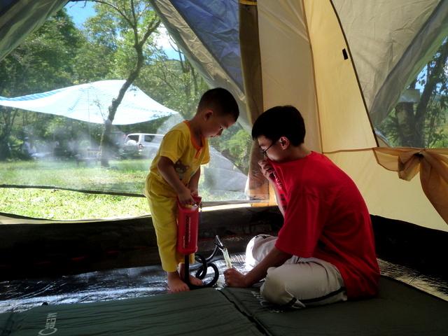 跟著 Mikey 一家去旅行 - 【 坪林 】黑龍潭營地