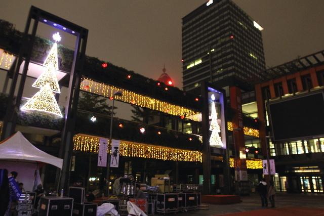 跟著 Mikey 一家去旅行 - 【 台北 】2012 台北聖誕城